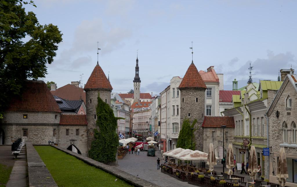 Puerta_de_Viru,_Tallinn,_Estonia,_2012-08-05,_DD_08