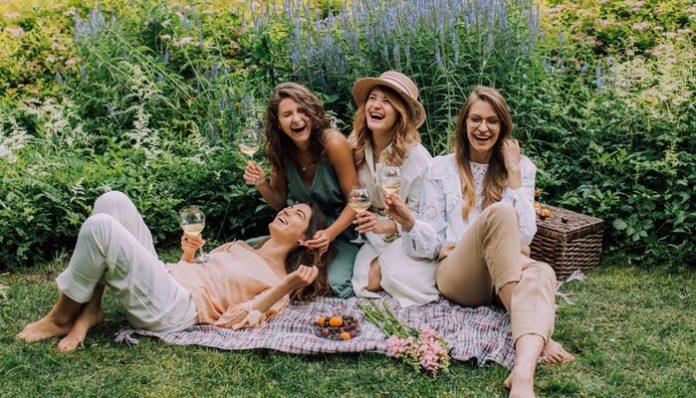 extrovert-introvert-friends