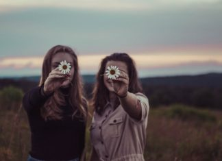 friends-holding-flowers