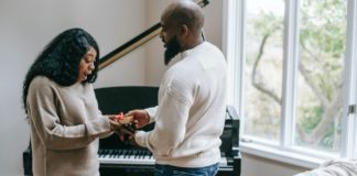 couple-giving-gifts